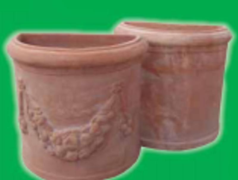 due grandi vasi in terracotta con sopra dei disegni