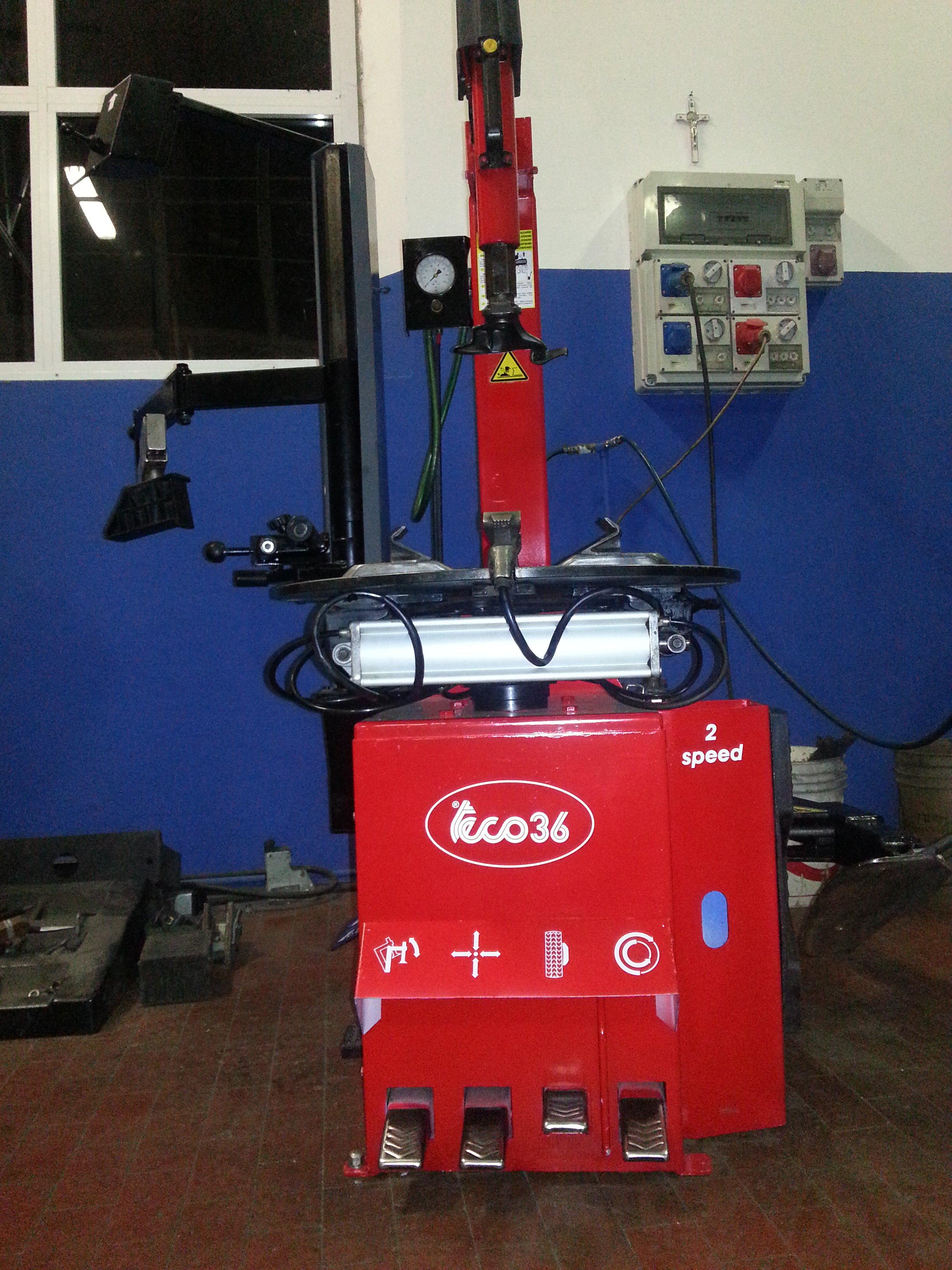 vista di un macchinario rosso che serve per la convergenza e l'equilibratura delle gomme