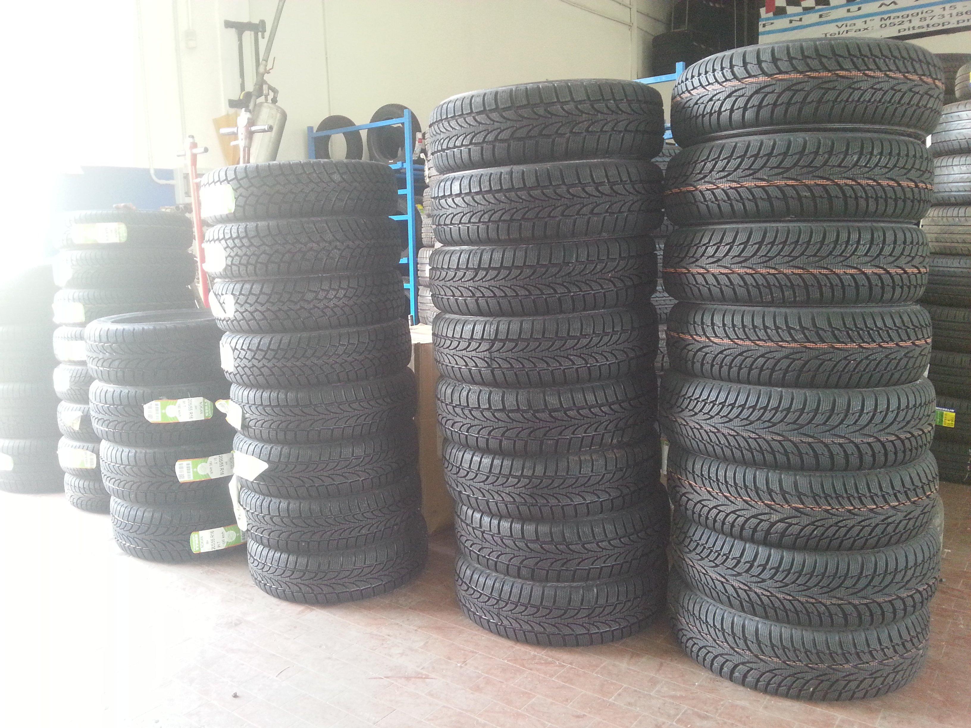 serie di pneumatici disposti a file gli uni sopra gli altri