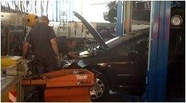 meccanico esegue diagnosi su autovettura