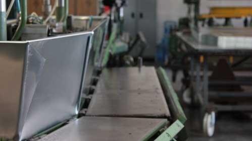 Lavorazione zinco per cofani