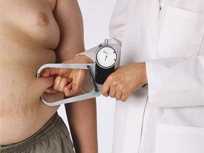 Medico che esamina un uomo sovrappeso