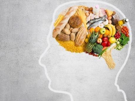 disegno di un cervello con del cibo salutare