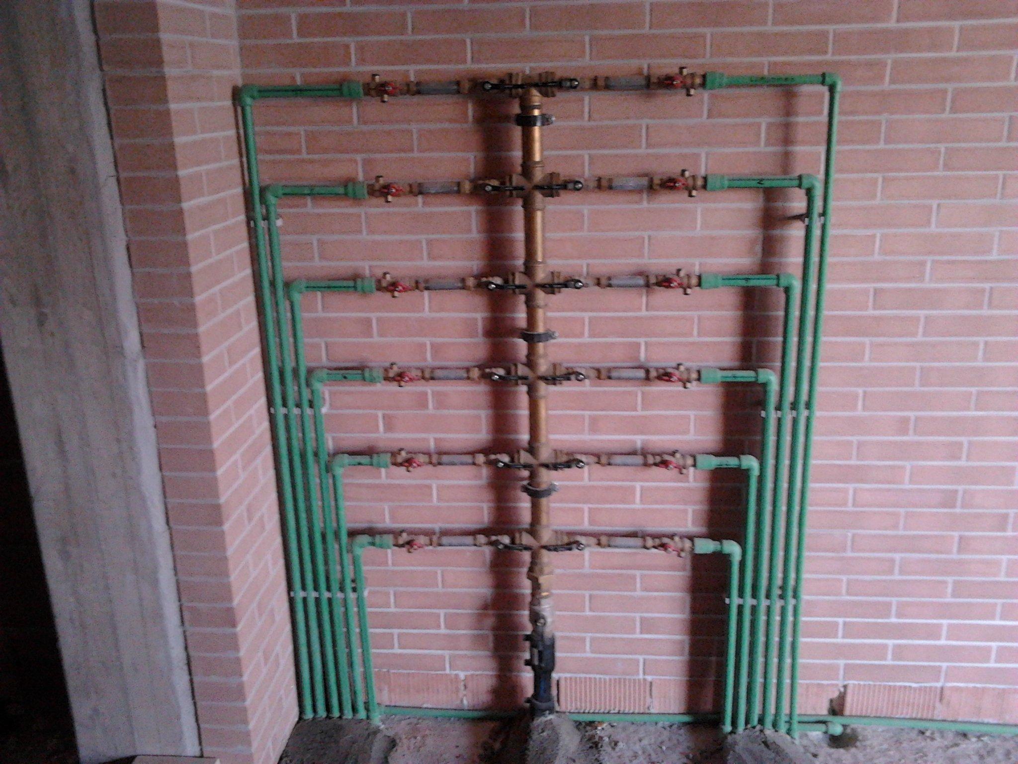 tubi verdi in un muro