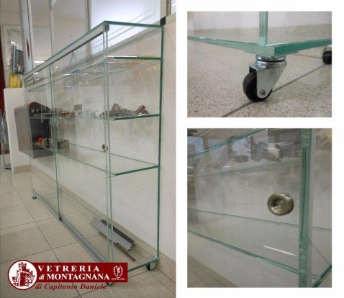 scaffale in vetro con rotelle
