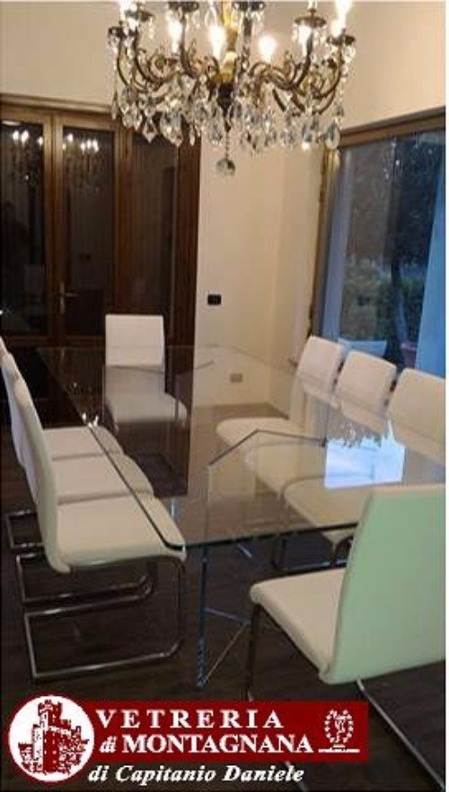 sedie bianche con tavolo in vetro
