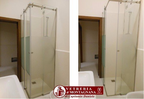 bagno con cabina doccia in vetro