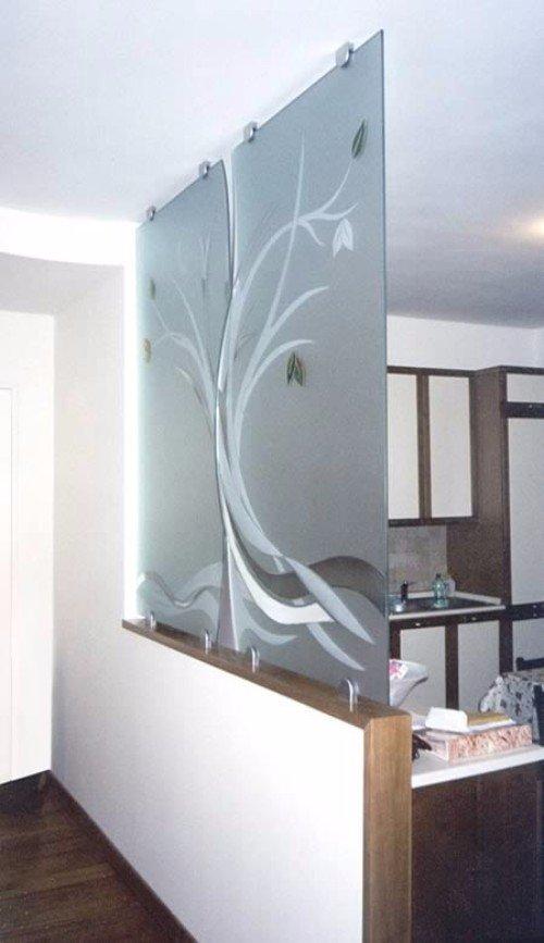 parete in vetro con albero