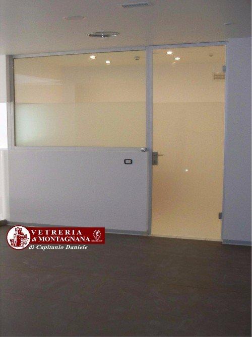porta e parete divisoria a vetro