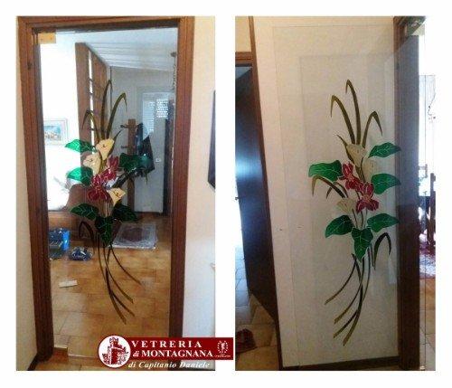 anta a vetro con fiori colorati