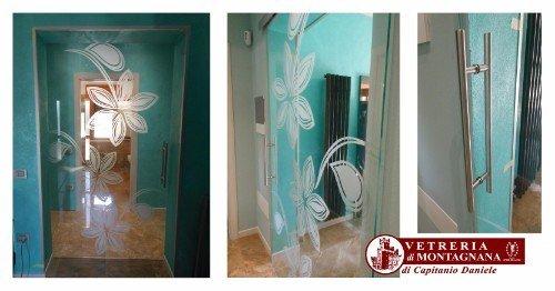 porta in vetro decorata con maniglia in acciaio