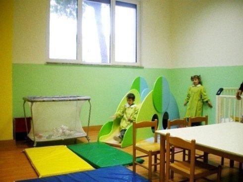 bambini su scivolo
