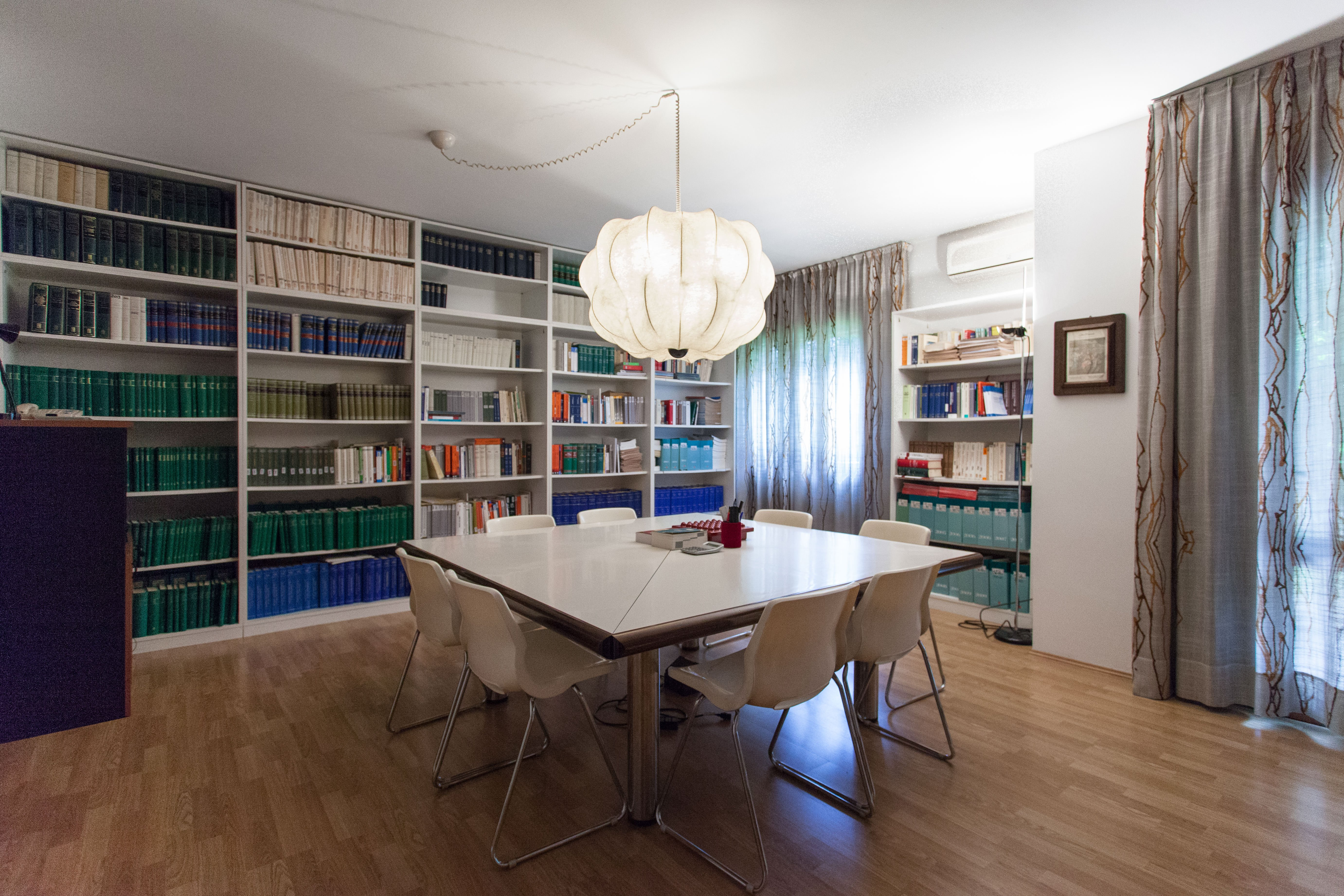 sala d'aspetto con tavolo bianco
