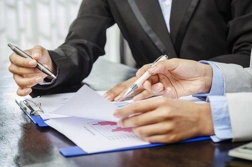 Avvocato discute i dati commerciali con il cliente