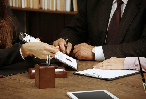 Due professionisti analizzano un documento