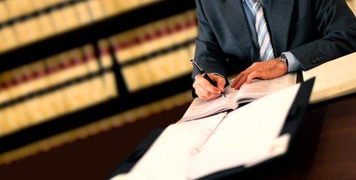 Avvocato firma i documenti