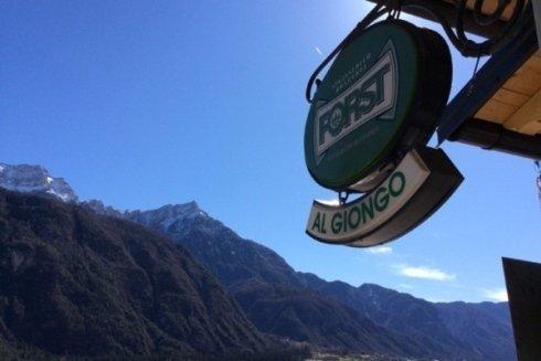 Bella vista delle montagne che circondano il bar