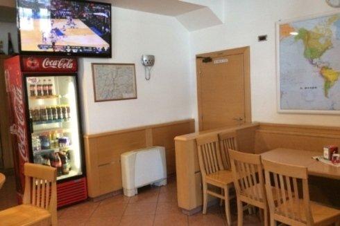 Interno del bar dove vediamo una tivu per godere degli eventi sportivi