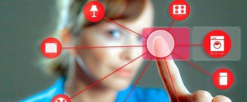 un dito di una donna che preme su un'icona digitale