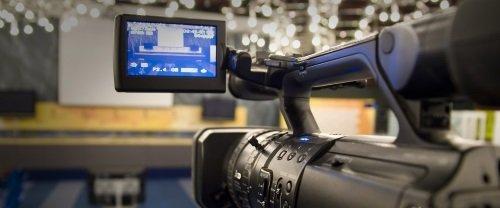 una videocamera e vista della ripresa dal piccolo schermo lcd