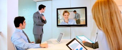 delle persone in un ufficio che guardano delle immagini su uno schermo