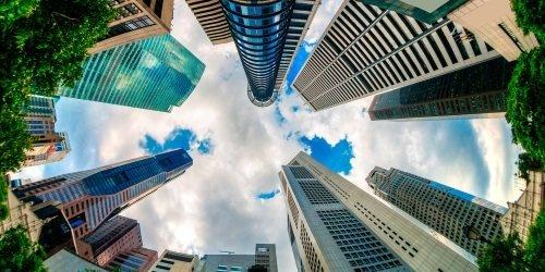vista dal basso verso l'alto di alcuni grattacieli