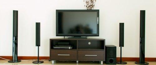 una tv con un impianto home theatre