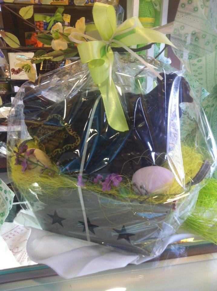 gallina al cioccolato impacchettata per Pasqua