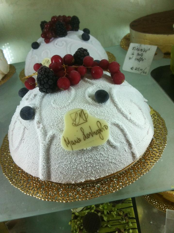 torta bianca con frutti di bosco