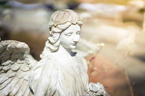 una statua di una donna angelo