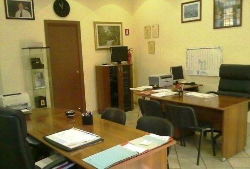 un ufficio con due scrivanie e delle sedie