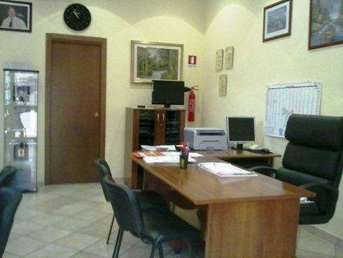 uno studio con una scrivania e delle sedie