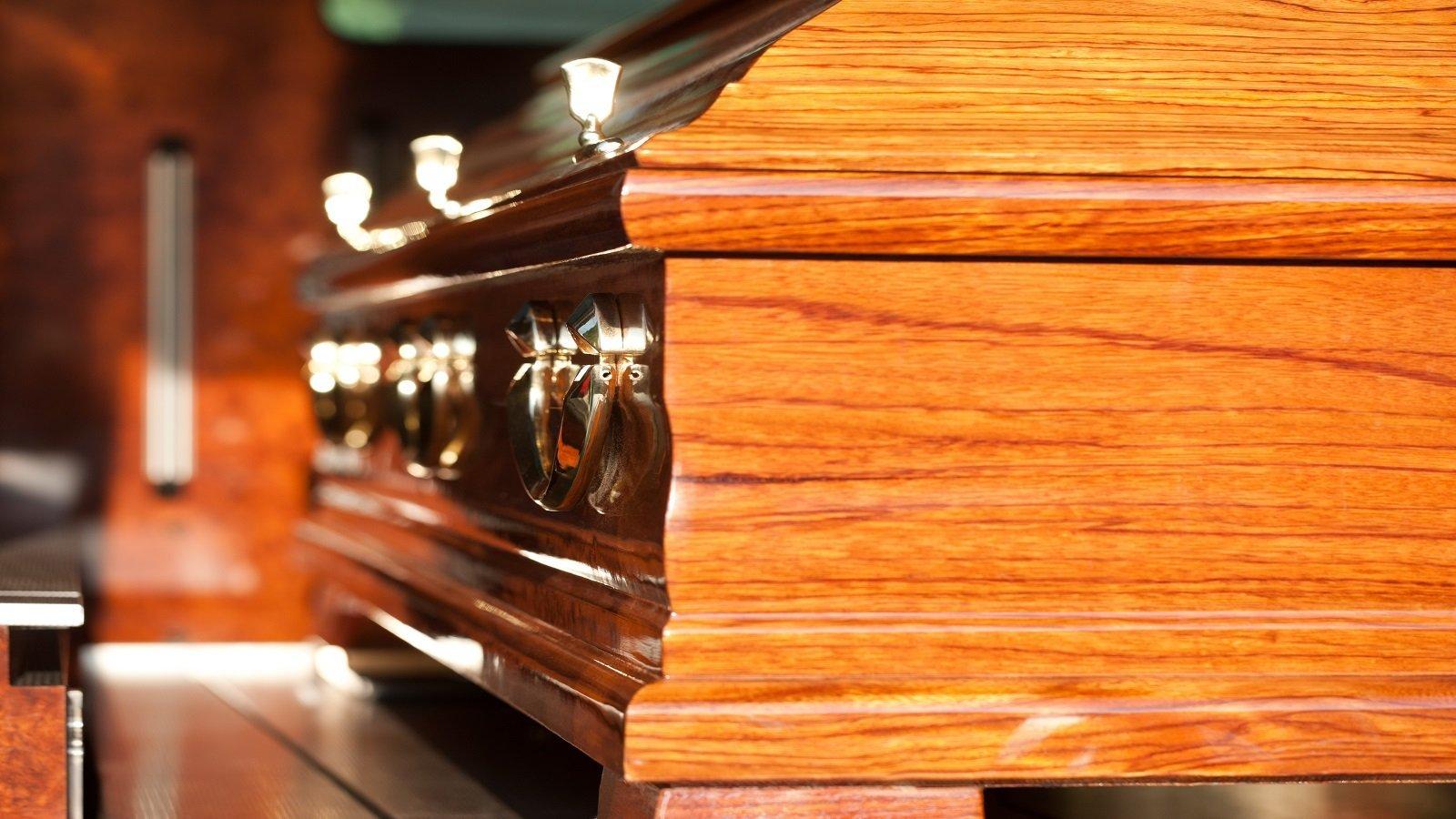 una bara in legno vista da vicino