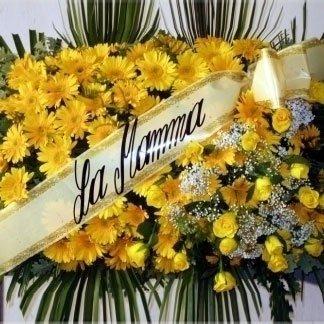 una composizione di fiori gialli e un nastro con scritto La Mamma