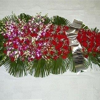 una composizione di foglie e fiori rossi