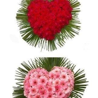 due composizioni di fiori rossi e rosa a forma di cuore