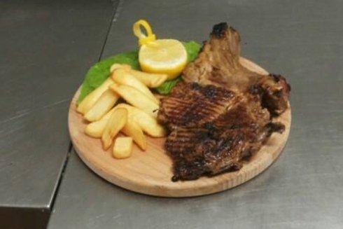 bistecca ai ferri con contorno di patate