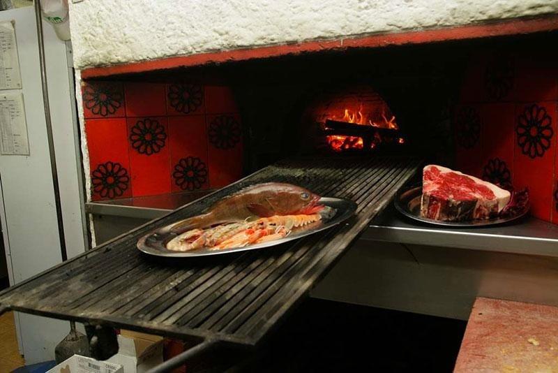 Pesce cotto nel forno a legna