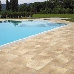 bordo piscina con mattonelle in pietra naturale