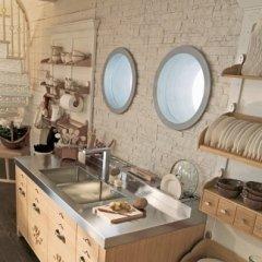 Cucina con parete in pietra naturale