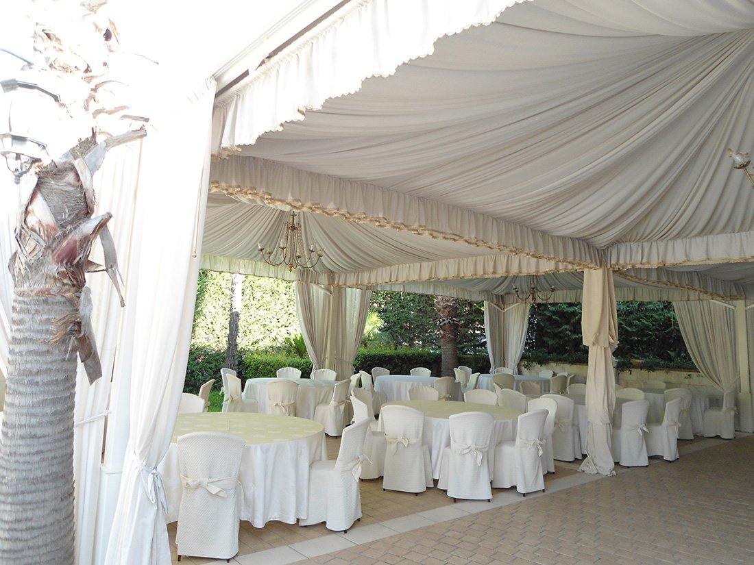 decorazioni di nozze con un panno bianco in giardino