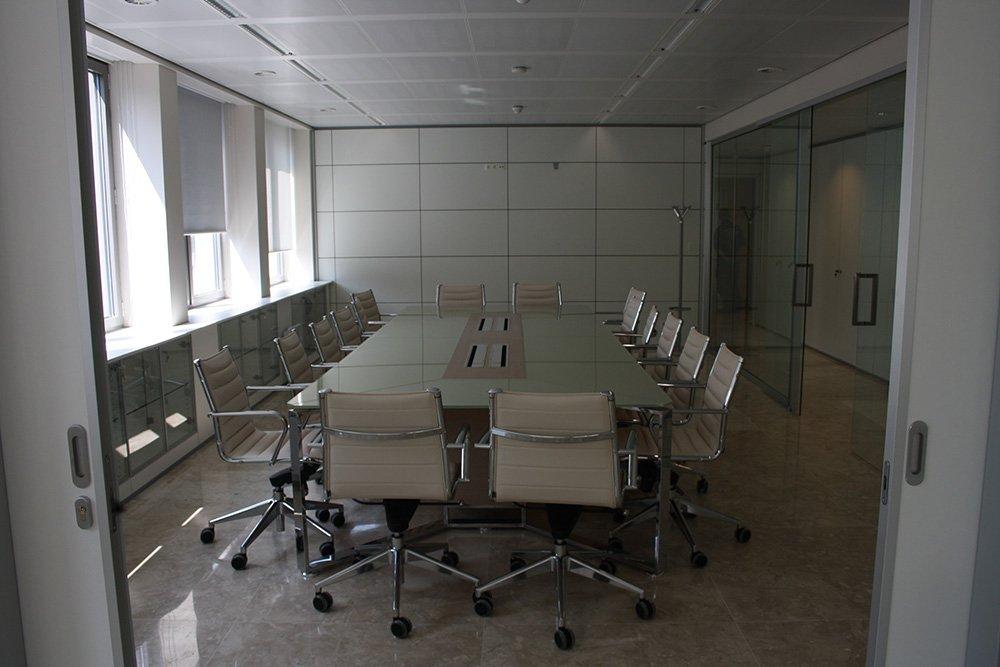 sala conferenze moderna con mobili