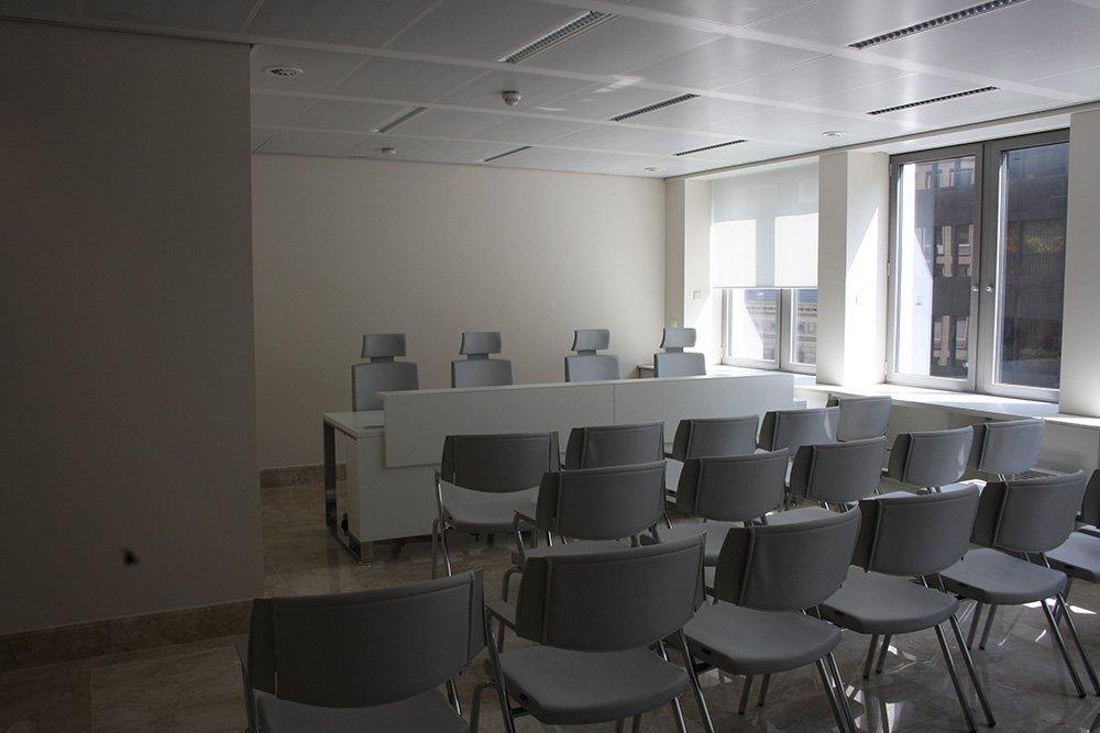 tavolo e sedie in sala conferenze