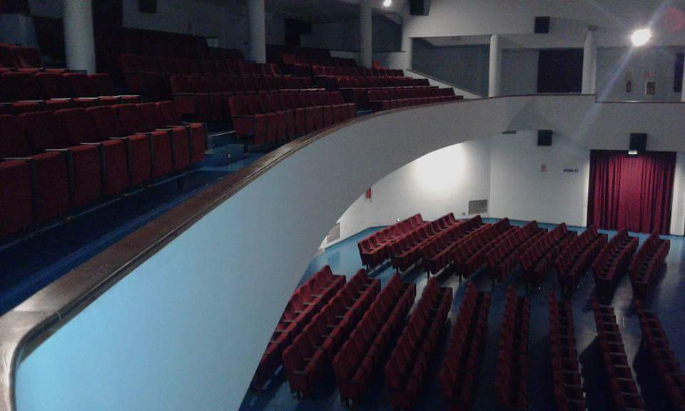 cinema auditorium vuoto con sedili