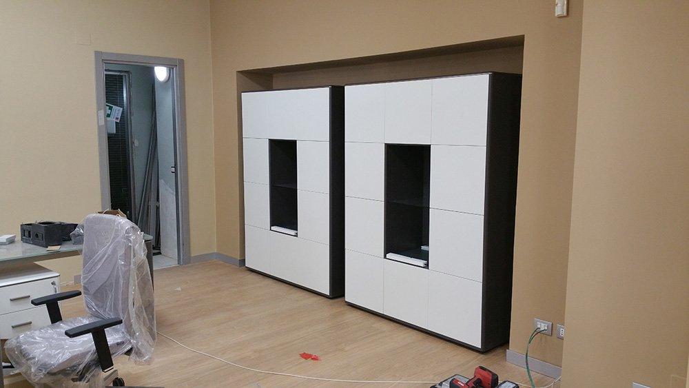 ufficio interno con due cornici bianche