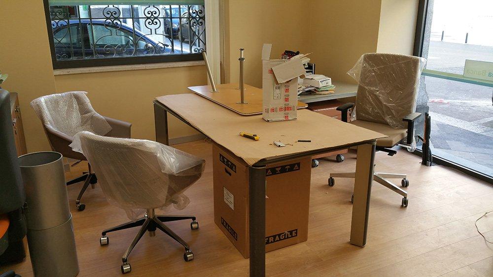 Spostamento di scatole di cartone e oggetti personali in uno spazio ufficio vuoto