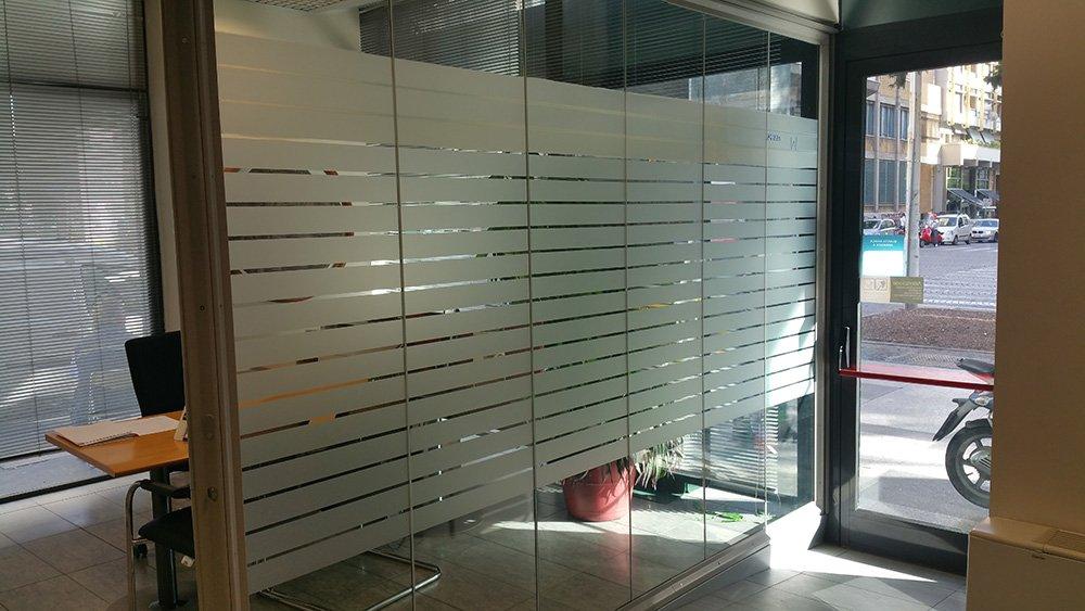 Ufficio vuoto con pareti di vetro e porte