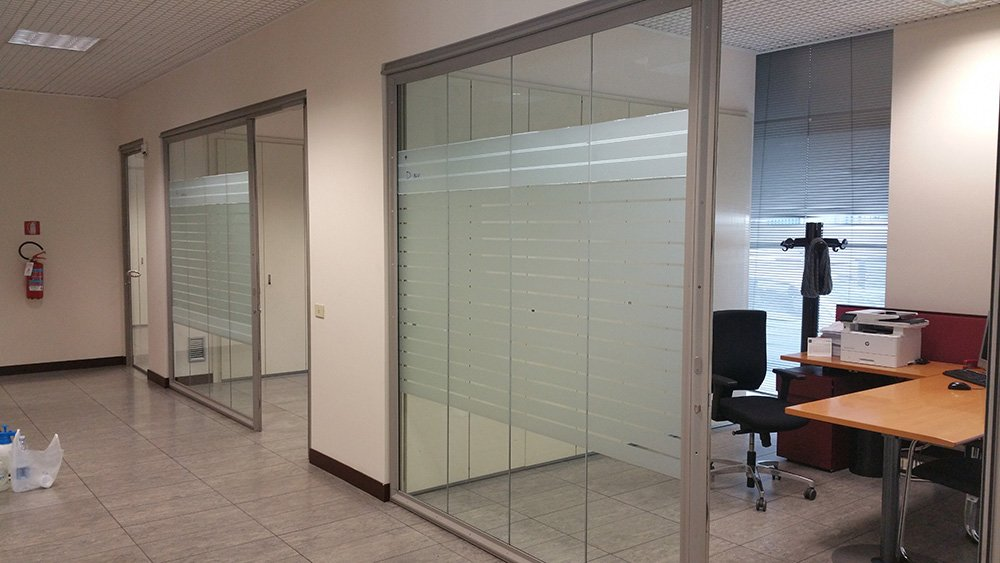 Ufficio vuoto con pareti di vetro e porte con mobili