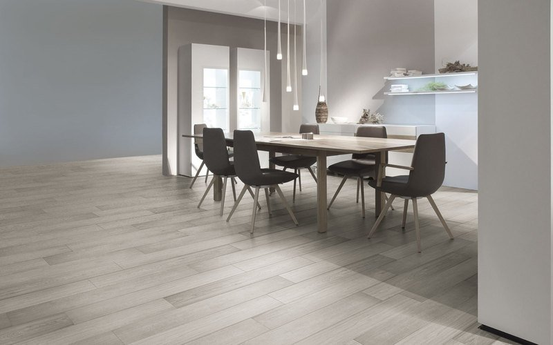 un tavolo con delle sedie in una sala da pranzo moderna