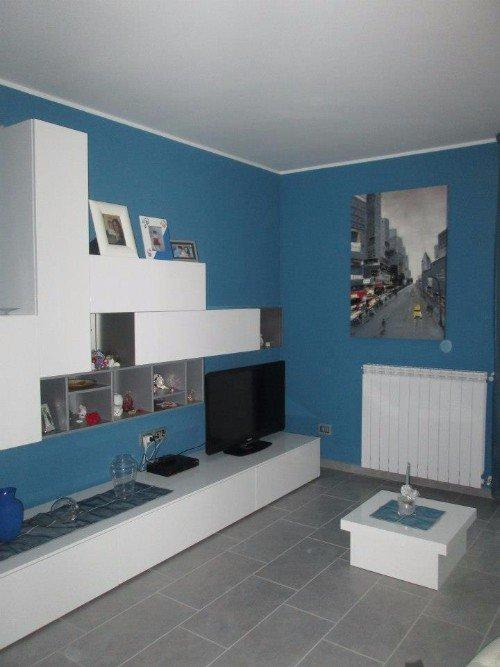 living moderno con pareti attrezzate e muri in bianco  eazzurro cielo